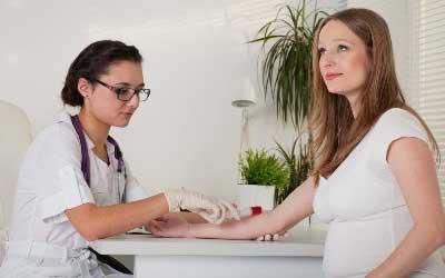 беременная девушка на приеме у врача
