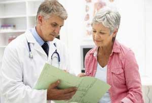 доктор показывает пациентке услуги