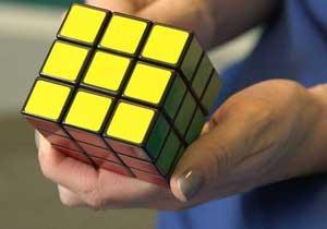 кубик рубик в руке
