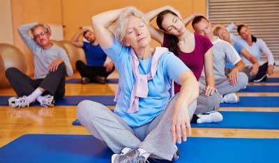 пенсионеры делают упражнения