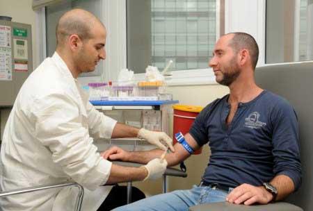 мужчина сдаёт кровь