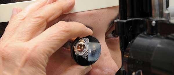 осмотр врачом глазного дна