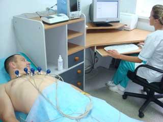 врач делает ЭКГ мужчине