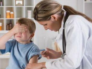 ребенку делают укол