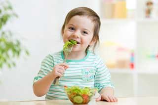 ребенок ест салат