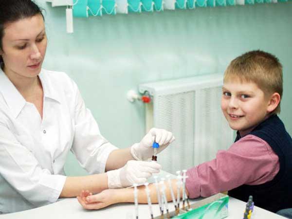 ребенок сдаёт кровь