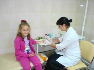 ребенок сдает кровь на анализ