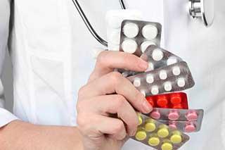 у врача в руках таблетки