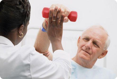 пациент делает восстановительные упражнения