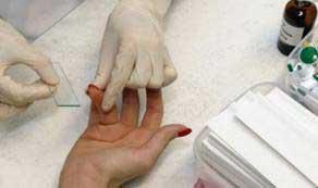 врач берет кровь из пальца