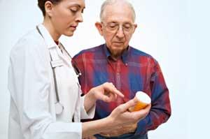 врач показывает лекарства