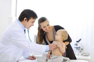 врач слушает ребенка